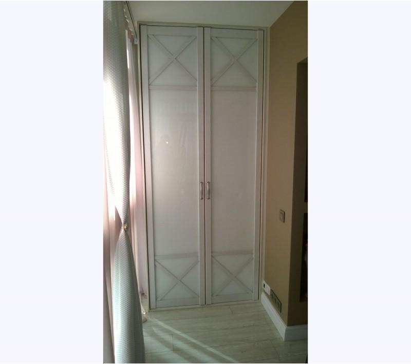 Распашные двери для встроенного в нишу шкафа