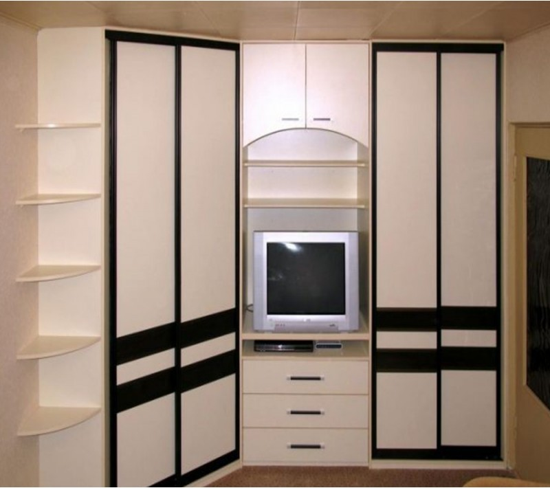Встроенный шкаф купе угловой в гостиную