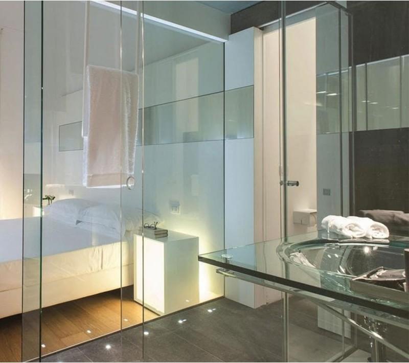 Перегородки из стекла для зонирования пространства в комнате