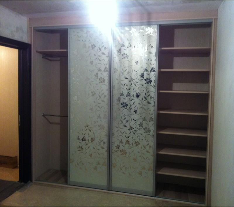 Шкаф купе с матовым стеклом и рисунком